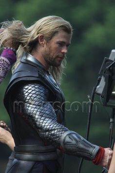 Thor behind the scenes.I wanna play with his hair it looks really soft! Loki Marvel, Marvel Actors, Loki Thor, Avengers Movies, Marvel Movies, Avengers Shield, Thor Cosplay, Best Avenger, Chris Hemsworth Thor