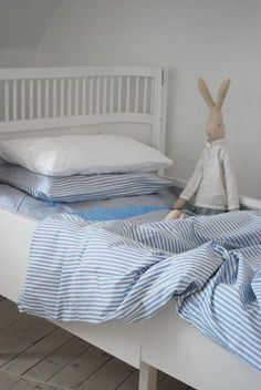 Påslakan Rindö Himla Junior - Colony - simple blue and white with a Maileg bunny - Maileg will get me everytime!