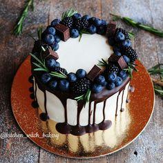 «Не могу оставить вас без фото торта на ночь  внутри брауни с кокосовым кремом внутри и сырно-сливочным снаружи  #kitchen_witch_cake»