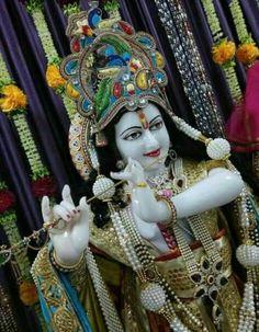 Bal Krishna, Krishna Statue, Jai Shree Krishna, Cute Krishna, Beautiful Gif, Hello Beautiful, Hare Rama Hare Krishna, Bhakti Song, Heart In Nature