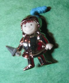 "1 - 1"" KNIGHT IN SHINING ARMOR PLASTIC SHANK CRAFT EMBELLISHMENT BUTTON-Lot#E101"