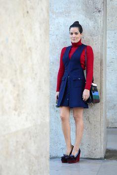 Look street style fotografado no Palais de Tokyo em Paris com vestido/jardineira azul marinho e tricot de manga longa vermelho e gola alta. Bolsa Valentino e sapatos estilo mocassim Mulberry.