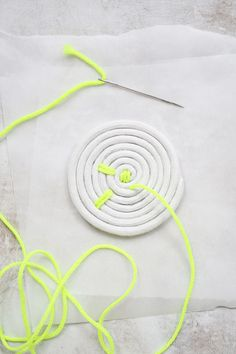 Easy Rope Coaster DIY (click through for tutorial) # Easy DIY beauty Easy Rope Coaster DIY - A Beautiful Mess Rope Crafts, Diy Arts And Crafts, Diy Crafts To Sell, Diy Crafts For Kids, Handmade Crafts, Sell Diy, Kids Diy, Decor Crafts, Diy Niños Manualidades