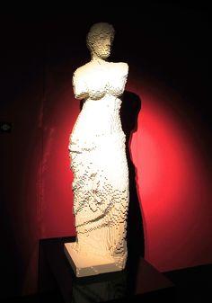 Venus de Milo by Alexandros of Antioch. Art work by Nathan Sawaya -- all made from LEGO bricks! Lego Sculptures, Lego Brick, Bricks, Art Work, Street Art, Boys, Venus De Milo, Toys, Animals