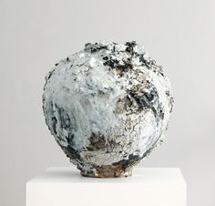 Akiko Hirai at the Scottish Gallery, Edinburgh Moon Jar, Wood Stone, Ceramic Studio, Japanese Ceramics, Ceramic Design, Bottles And Jars, Pottery Studio, Ceramic Artists, Handmade Pottery