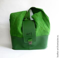 Кожаная сумка Весна-весна. Кожаная сумка зеленого цвета.   Состоит из двух цветов: низ — из твердой темно-зеленой кожи, верх — из мягкой жатой кожи.    2 ручки, носится через плечо.   Дно прямоугольной формы. Швы наружу.  Сумка застегивается на замочек.