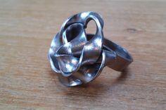 Deze ring is gemaakt van breed aluminiumdraad.