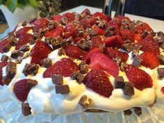 Strawboffeepaj är en given succé på sommarkalaset. Det är en variant av den populära desserten banoffeepaj och består av jordgubbar, kola, grädde och daim på en kexbotten. Smarrigare än så...