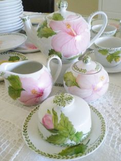 Feuilles et fleur rose Porcelain Ceramics, Ceramic Art, Vintage Cups, Cool Mugs, China Painting, Coffee Set, Handicraft, Tea Time, Tea Party