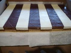 Výborný zákusok s kávovou príchuťou so šľahačkou a bielou čokoládou. Butcher Block Cutting Board, Contemporary, Home, Decor, Sweet, Kuchen, Candy, Decoration, Ad Home