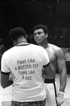 George Foreman et Muhammad Ali lors du combat « dans la jungle Muhammad Ali Quotes, Muhammad Ali Boxing, Citation Mohamed Ali, Sports Illustrated, Boxe Fight, Citations Sport, Messi Gif, Motivational Quotes For Athletes, Athlete Quotes