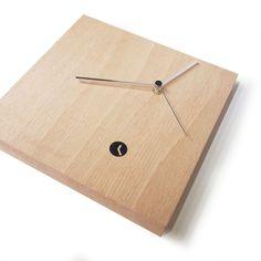 Tothora Reloj de pared Area Reloj de pared Area de Tothora. Fabricado en madera pero con múltiples acabados de color. Disponible también en tres tamaños....