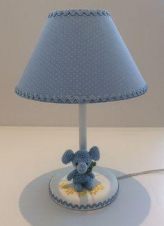 Abajur com elefante de crochê, cupula em tecido poa Azul e branco. Pé em madeira pintado de branco. Diametro da cupula 20 cm. <br>Pode ser feito sob encomenda em outras cores a combinar.