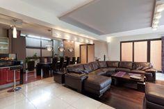 Großes Wohnzimmer mit über mittelständische Schnittsofa und bar