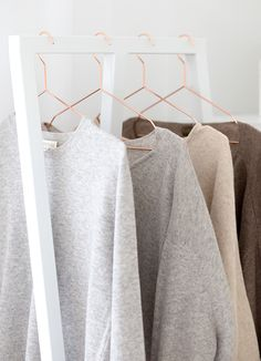 Tonal cashmere sweaters on copper hangers Mode Chic, Mode Style, My Wardrobe, Capsule Wardrobe, Looks Style, Style Me, Look Fashion, Winter Fashion, 90s Fashion