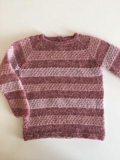 ca 2 år. Sweater med en lille slids i nakken. Knitting For Kids, Knitting Projects, Baby Knitting, Knitting Patterns, Chrochet, Knit Crochet, Celine, Sliders, Baby Kids
