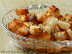 Sabe aqueles croutons super gostosos e crocantes que a gente costuma comer em saladas e sopas por ái? Então,da para fazer em casa, é muito simples e fica