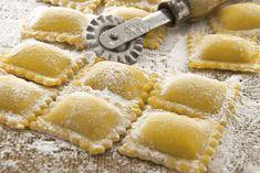 Sposa qualcuno che sappia cucinare. L'amore passa, la fame no. [anonimo] #Poggiolini #pasta #pastafresca #quote