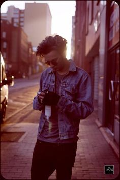 Matty Healy from the 1975 is so beautifully attractive.