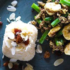 Dol op lekker eten en ontdek je graag nieuwe gerechten? Probeer dan deze Zuid-Afrikaanse Bobotie! Dit gerecht komt uit de Afrikaanse keuken, heeft een authentieke smaak en bestaat uit gehakt, rijst, specerijen, banaan, ei, rozijnen en amandelschaafsel. En hoewel je tegenwoordig bobotie kunt maken uit een kant-en klaar pakje, maak je de lekkerste bobotie toch echt zelf. Dus hup de keuken in om dit wereldse gerecht te maken! Ingrediënten (voor 1 pe