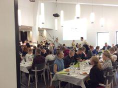 Kilpailijat ja valmentajat syömässä lounasta Kulinaaritalossa