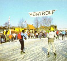 Een groep toerrijders tijdens de Elfstedentocht bij de controlepost Workum, 26 februari 1986.