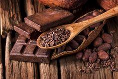 κακάο σε κομμάτια και κομμάτια σοκολάτας Health Fitness, Healthy, Food, Cacao, Fiber, Plant Based, Whole Foods, Spices, Meals