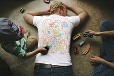 こどもが遊べるように、線路や道路がプリントされているTシャツ「Play Mat T-Shirt」の紹介。