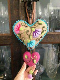 Bordado Mexicano. Corazón realizado en arpillera con bordado multicolor - Sol Álvarez.