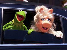 """Фотогалерея: 45 лет на """"Улице Сезам"""".                   11 июля 1999 года. Лягушонок Кермит и Мисс Пигги приехали на премьеру фильма «Маппет-шоу из космоса»"""