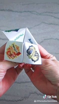 Have your own Divinations Class at your Harry Potter Birthday Party with this Harry Potter fortune teller printable and tutorial. Also known as a cootie catcher, this origami paper craft is a fun party activity for any Potterhead. Harry Potter Tumblr, Harry Potter Film, Harry Potter World, Harry Potter Anime, Harry Potter Kawaii, Magia Harry Potter, Harry Potter Bricolage, Estilo Harry Potter, Harry Potter Thema