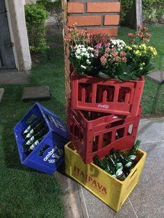 Engradados, garrafas e flores... Uma combinação q deu certo...