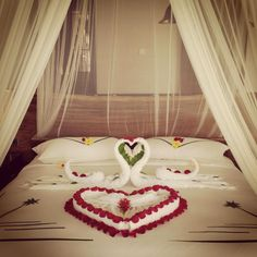 Would you like this to be a surprise on your bed when you arrive on your Honeymoon? Romantic Room Decoration, Romantic Bedroom Decor, Diy Bedroom Decor, Home Decor, Bedroom Setup, Couple Bedroom, Romantic Room Surprise, Birthday Room Decorations, Wedding Bedroom