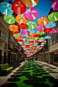【ポルトガル】アゲダという街では毎年夏になると、たくさんの色鮮やかな傘で飾られるパブリックアートが楽しめます。太陽が眩しいポルトガルの空に、ポップで涼しげな光景がぴったりです。傘を使っているのがナイスアイデアですね(o^∇^o)