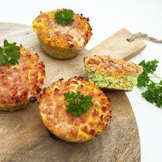 Opskrift (6 stk.):3 æg100 g hakket broccoli50 g hakket porre100 g Hakkede gulerødder125 g revet skinke1 tsk saltFremgangsmåde: Grøntsagerne hakkes meget fint (enten minihakker eller i hånden). Æg røres sammen med salt. Broccoli lægges bunden af muff
