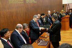 El lic. Jose Alberto Aguilar Iñarritu recibiendo su reconocimiento de la INCDA