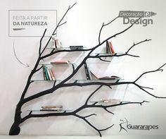 Inspire-se: esta prateleira é um pedaço de um galho de uma árvore, produzida pelo artista Sebastian Errazuriz. Ao caminhar pela rodovia, encontrou o galho e logo pensou que deveria dar um novo propósito para ele. Nasceu a Bilbao, uma prateleira para livros e enfeites com um design único.  #decoraçãoMDF #decoração #DesignInteriores #padrõesMDF #homedecor #decoração #livros #estantes #livingroom #peçasMDF #lar #quarto #homeoffice #moveisMDF #paineisMDF