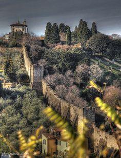 LE VECCHIE MURA DI FIRENZE * Questo è uno dei pochi tratti di mura che l'architetto Bruno Poggi ci ha lasciato dopo il suo Risanamento, che ha dato a Firenze un'impronta più umana, più gradevole, più vivibile. Il suo incarico iniziò nel 1864, i lavori iniziarono dal centro della città e finirono col suo capolavoro: il Piazzale Michelangelo Explore 29 dic. 2011 #TuscanyAgriturismoGiratola