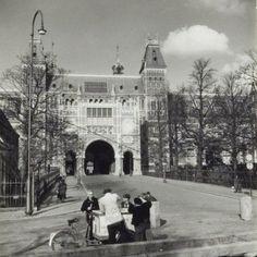 1950's. A view of the Rijksmuseum in Amsterdam. In the center of the building the Passage Rijksmuseum, a passageway for bikers and pedestrians. MAI Beeldbank. #amsterdam #1950 #Rijksmuseum