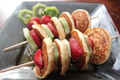 Stick Stacks of fruit and mini pancakes skewered together make a fun, sippable breakfast. Packing School Lunches, After School Snacks, Healthy Foods To Eat, Healthy Eating, Healthy Recipes, Mini Pancakes, Healthy Choices, Kids Meals, Food To Make