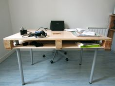 Pallet is perfect to make a desk. Its structure allows to create pigeon holes. If you plan to replicate it, feel free to ask me. More information at Pierre VEDEL website ! Idea sent by Pierre VEDEL !