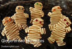Gingerbread Mummies - must do for Halloween. Halloween Party Themes, Halloween Treats, Halloween Goodies, Halloween Desserts, Holiday Treats, Holiday Fun, Happy Halloween, Holiday Recipes, Plastic Squeeze Bottles