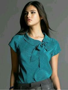 printed bow tie blouse with a very appealing cowl collar, From Banana Republic. I really like the colour , it's my kind of blue. Or is it teal? Dress Neck Designs, Blouse Designs, Mode Outfits, Casual Outfits, Summer Outfits, Bow Tie Blouse, Turquoise Top, Work Attire, Blouse Styles