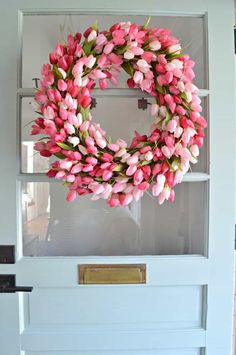 Tulip Wreath DIY How to add a touch of spring to the front door with this easy DIY tulip wreath.How to add a touch of spring to the front door with this easy DIY tulip wreath. Diy Spring Wreath, Spring Crafts, Spring Wreaths For Front Door Diy, Wreath Crafts, Diy Wreath, Wreath Ideas, Diy Crafts, Diy Osterschmuck, Easy Diy