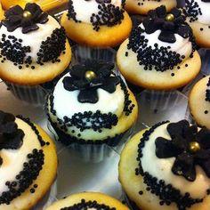Black and white mini cupcakes #minicupcakes #cupcakes #blackandwhite #fancy #gold #charlottessweets