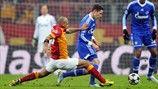 Galatasaray 1-1 Schalke   Felipe Melo intenta robar un balón al jugador del Schalke Julian Draxler. [20.02.13]