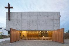 位於智利的新教堂,運用清水模混凝土搭配木材,結合幾何形狀變化,創造出神聖兼有溫暖感受的空間。 pic via Juan Pavez Aguilar , José Requesens Aldea
