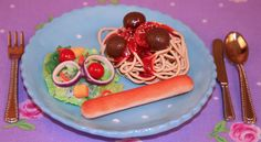 This spaghetti, salad, and breadstick looks so real! Can you believe that it is doll sized and made from polymar clay? For more amazing doll food, go to www.dollysdiningroom.com
