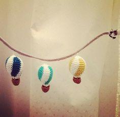 Hækleopskrift på barnevognskæde med luftballoner (DIY). Opskrift på dansk | Also link to English pattern