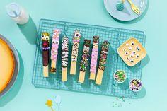 Käsekuchen Sticks mit Gesichtern » Cheesecake Rezept & Anleitung Sweets, Kid Snacks, Food Coloring, Coffee Meeting, Bakken, Kid Recipes, Gummi Candy, Candy, Goodies